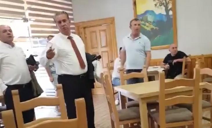 Dy qytetarë e përzënë deputetin nga lokali: Ik, ik, ti nuk e përfaqëson popullin