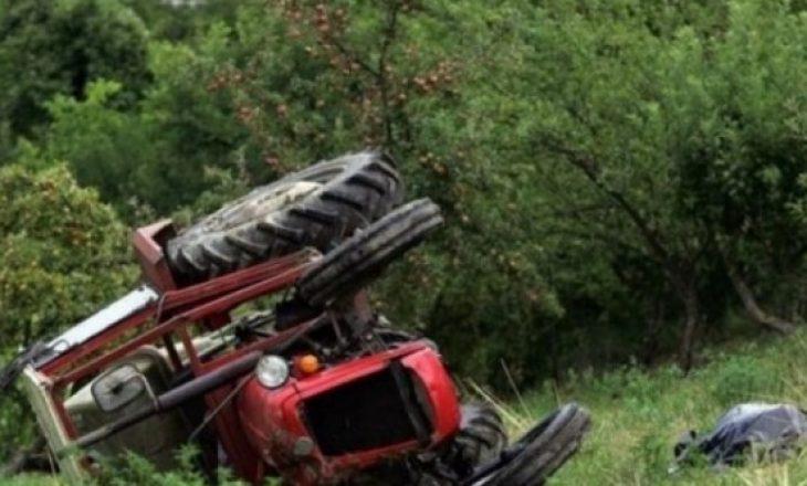 E përplasi të moshuarin me traktor dhe u largua