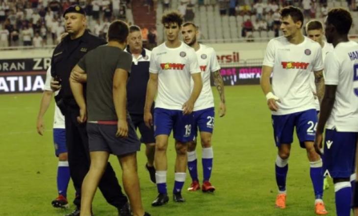 Tifozët kroatë janë futur në fushë për t'i sulmuar lojtarët
