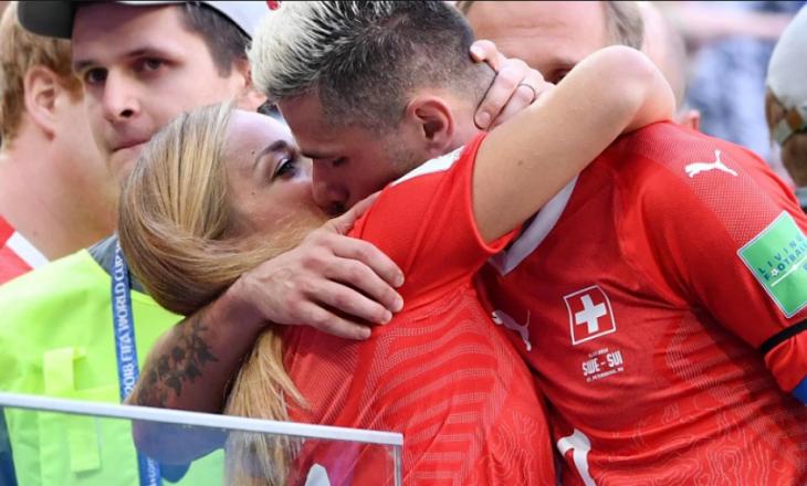 Publikohen fotografi intime të Valon Behramit duke u puthur me gruan