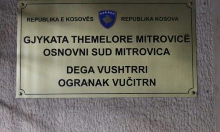 Gjykata Themelore në Mitrovicë, i cakton një muaj paraburgim të dyshuarit që iu gjetën në banesë drogë, pranga, fishekë dhe sprej