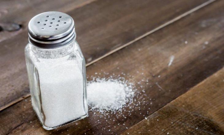 Shtypja e gjakut e dhimbjet e kokës zvogëlohen nëse shmangni kripën