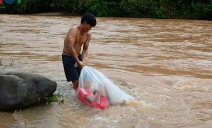 Sakrifica për tu arsimuar, fëmijët futen në qese plastike për të kaluar lumin