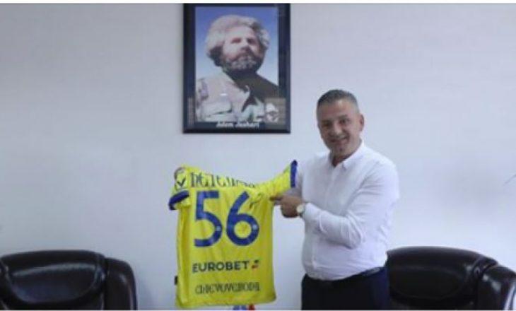Bekim Jashari merr dhuratë nga futbollisti i famshëm i Series A