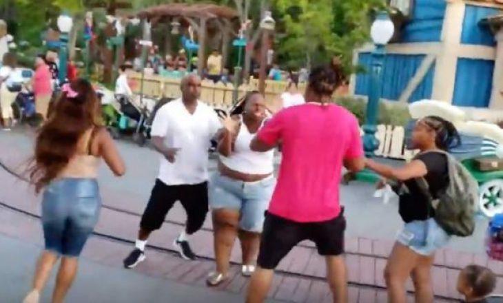 Rrahje masive në Disneyland në sy të fëmijëve