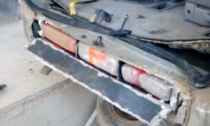 Në pjesën e poshtme të veturës kishte fshehur 72 kilogramë drogë – kapet shqiptari