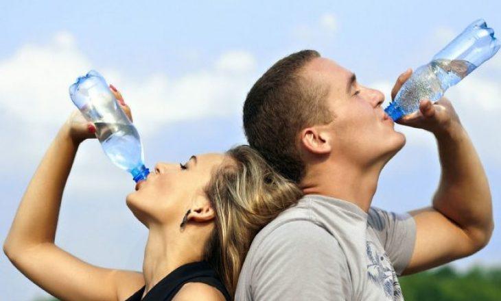 Arsyeja se pse nuk duhet ta pini ujin në këmbë