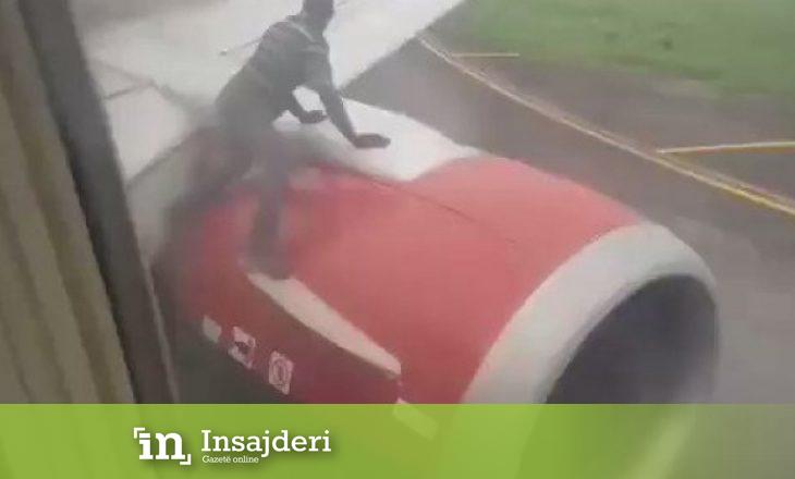 Burri kërcen në krahun e aeroplanit teksa po nisej