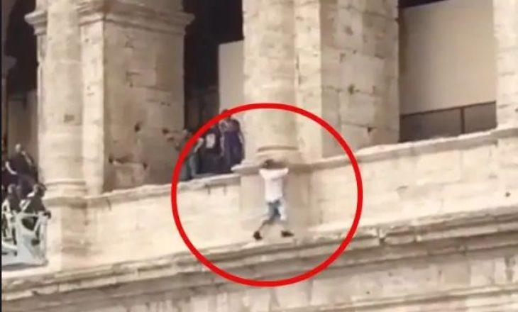 Panik në Romë, guida turistike kërcënon të hidhet nga Koloseu