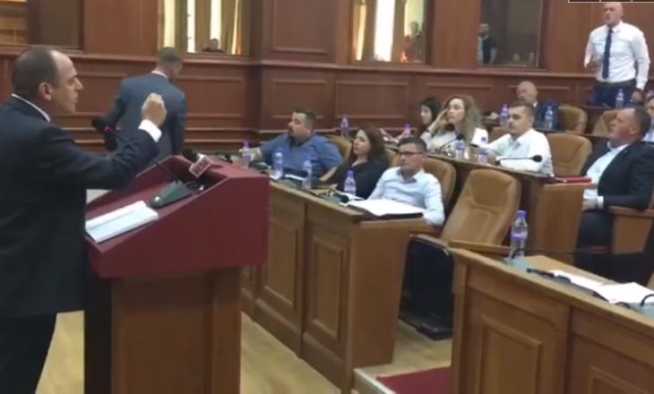 Tensione, britma dhe kërcënime – seancë e tensionuar në Kuvendin e Prizrenit me Mytaher Haskukajn