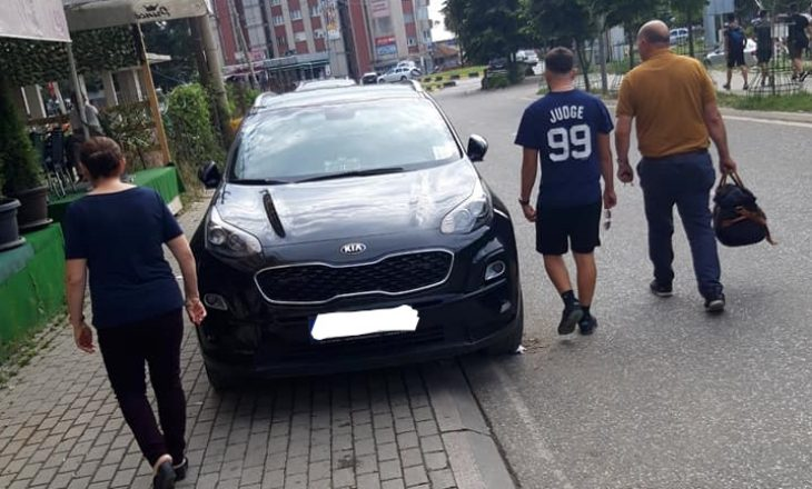Lekaj nuk respekton rregullat – parkon veturën në trotuar në qendër të Deçanit