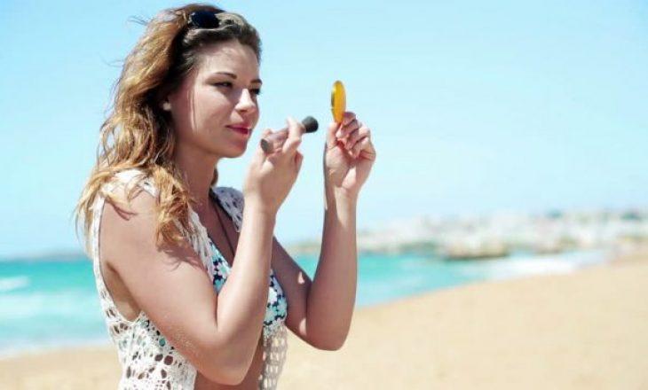 Makeupi në plazh, i dëmshëm apo mbrojtës