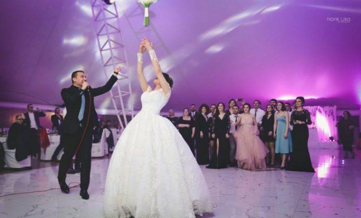 E thirrën në dasmë për të kënduar, nusja 'ngacmon' këngëtarin e njohur shqiptar