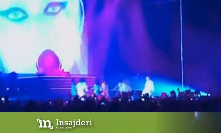 Këngëtarja e njohur rrëshqet në mes të skenës