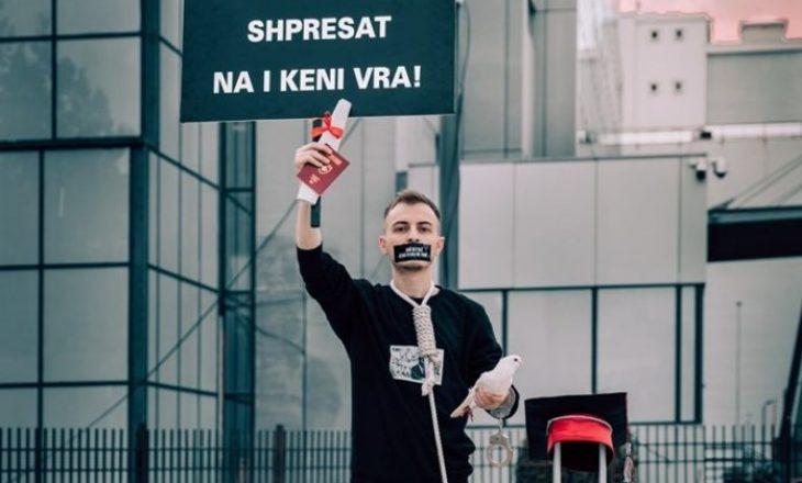 Protesta e të riut kosovar para Qeverisë, me litar në fyt e valixhe