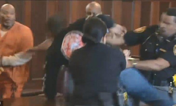 Esklon situata në gjykatë – vëllezërit e rrahin vrasësin e nënës së tyre pak para dënimit