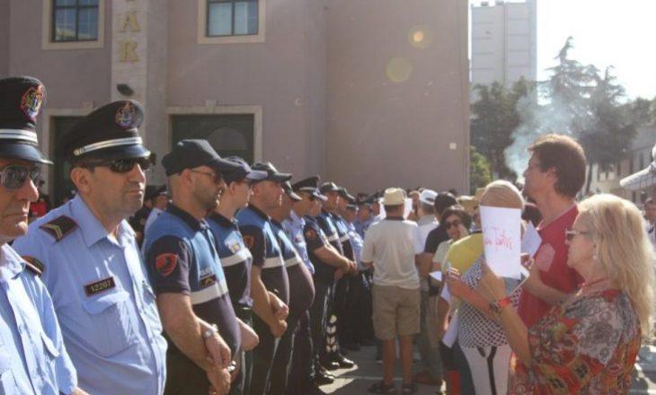 Rrënimi i Teatrit Kombëtar – Opozita dhe artistët bashkë në protestë