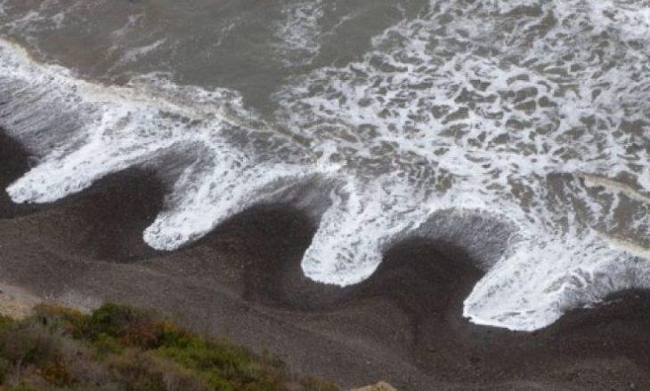 Valë misterioze me gunga – Çfarë po ndodhë nëpër plazhe?