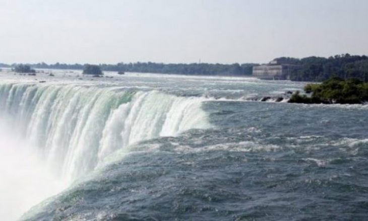 Një person shpëton mrekullisht pasi që hidhet nga ujëvara e Nigarës