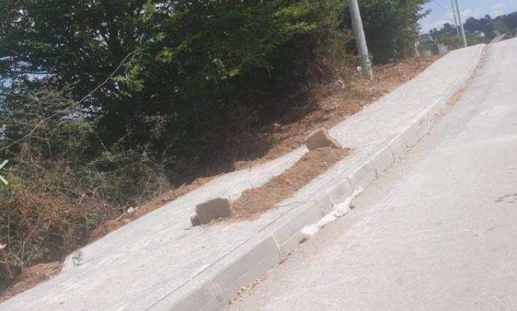 Varrë në një trotuar në Shtime – Familjarët nuk lejojnë zhvendosjen e të varrosurit