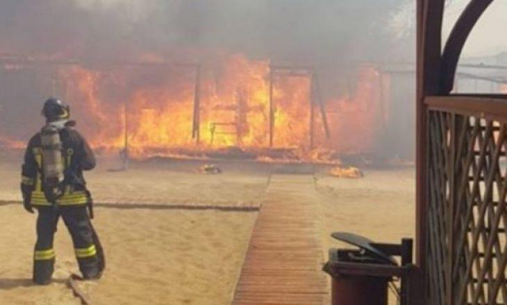 Shpërthen zjarri në plazh, pushuesit kërkojnë shpëtim në det