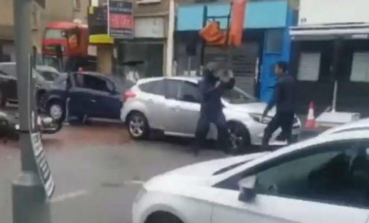Rrahje brutale mes shoferëve, i rrëzoi motoçikletën me veturë