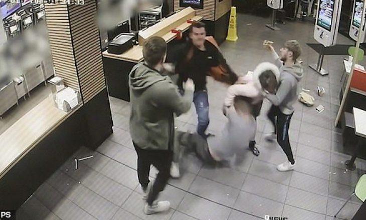 Pamje e tmerrshme: Rrahje në McDonalds – e përfshirë edhe një vajzë
