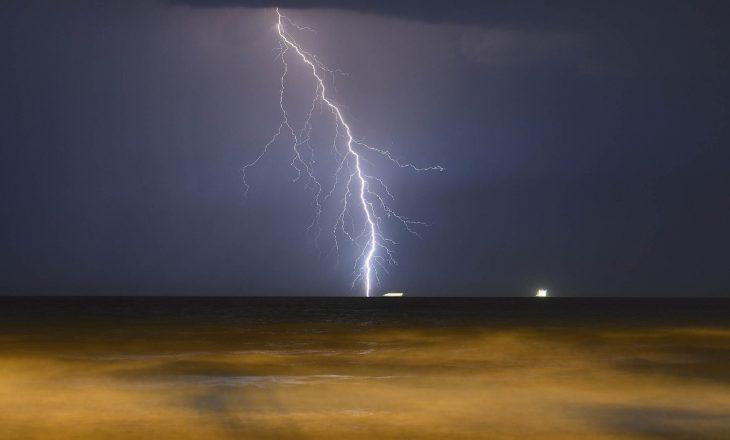 Rrufetë godasin bregdetin e Durrësit, pushuesit të frikësuar
