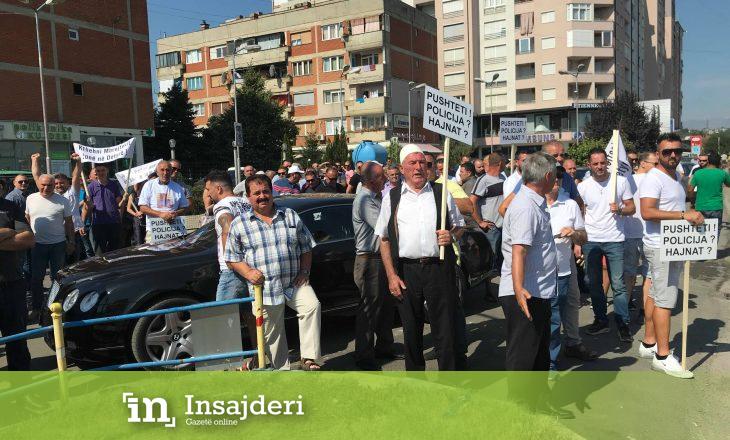 Protestohet në Gjakovë kundër suspendimit të Kristë Gjokajt e pesë zyrtarëve tjerë policor