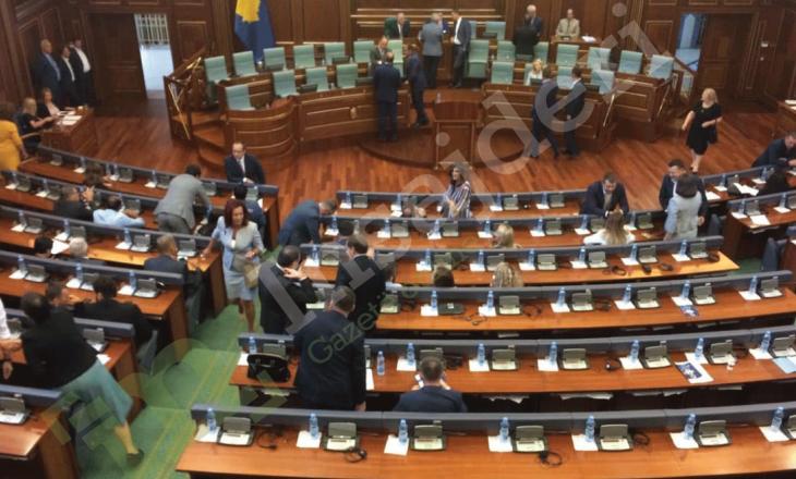 Kush janë deputetët që abstenuan në votimin për shpërndarjen e kuvendit?