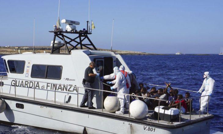 Anija me mbi 100 imigrantë ende në ujërat e brigjeve të Italisë