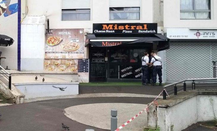 Ia vonoi ushqimin, klienti vret kamerierin në Paris