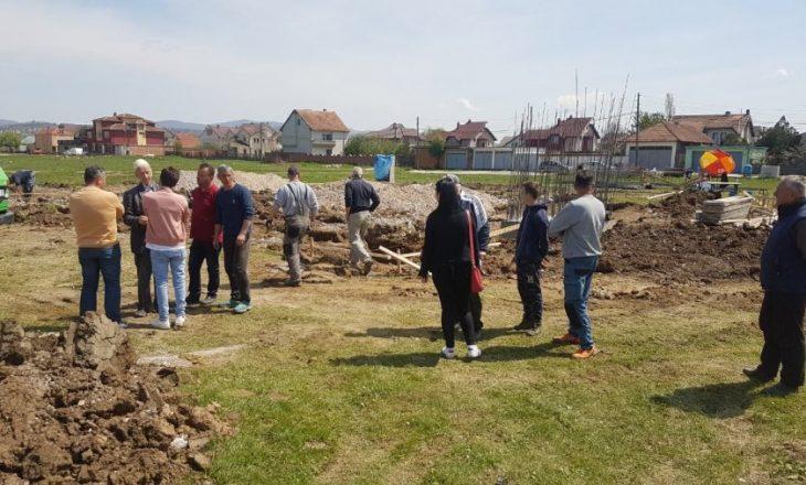 Qytetarët rrënojnë gurthemelin e xhamisë në Llugaxhi të Lipjanit