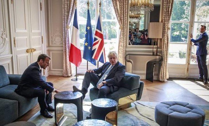 Kryeministri britanik i vendos këmbët mbi tavolinë gjatë takimit me presidentin francez