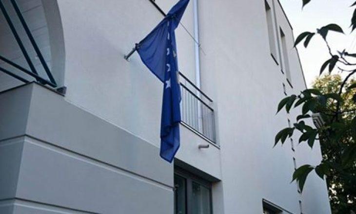"""Kështu e """"respekton"""" Ambasada e Kosovës në Zvicër flamurin e vet"""