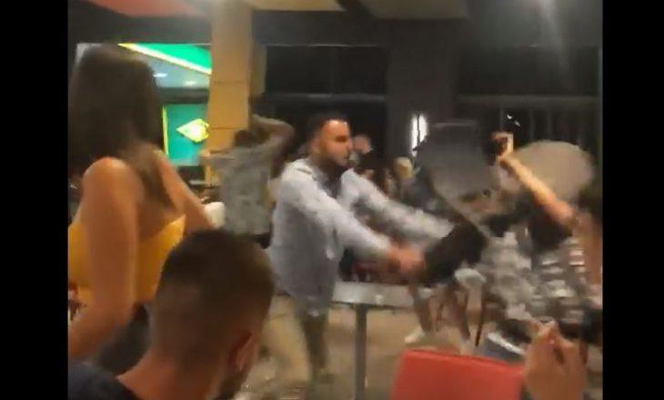 Thyhen karrige e tavolina – rrahje masive në një lokal në Gjilan [video]