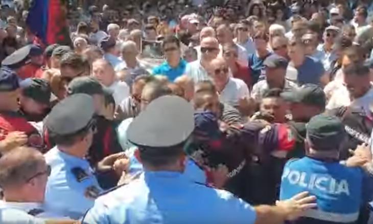 Protestë në Shkodër – Protestuesit përplasen me policinë