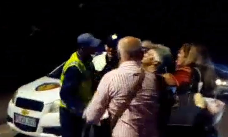 Polici qëllon shoferin e autobusit Athinë-Korçë, zbresin të gjithë pasagjerët