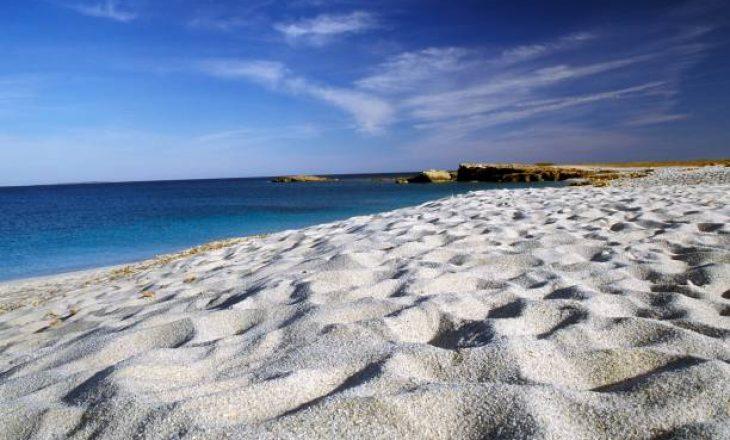 Turistët që vodhën zallë nga plazhi rrezikojnë të dënohen me 6 vjet burgim