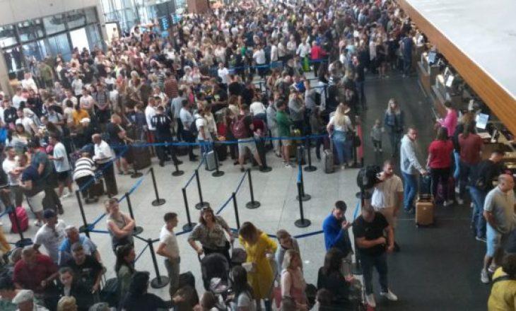 Greva e punëtorëve shkakton bllokadë në Aeroportin e Prishtinës