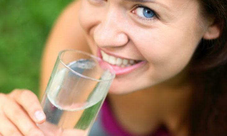 Pijet që nuk duhet konsumuar kur dehidratoheni