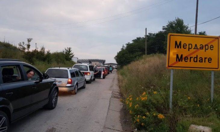 Rikthehen radhët në Merdare, mbi 8 orë pritje për të dalë nga Kosova