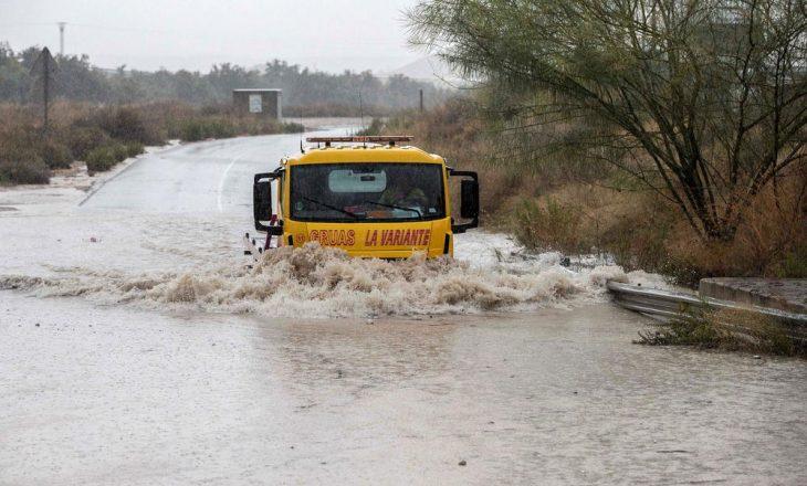Gjendje alarmante në Spanjë, shiu i shndërron rrugët në 'lumenj'