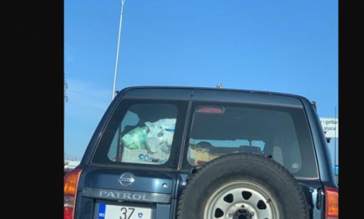 Keqpërdorimi i veturave zyrtare nuk ka të ndalur, një e tillë shihet duke bartur mbeturina