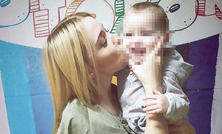 Fëmija dy vjeçar mbyt aksidentalisht nënën e vet