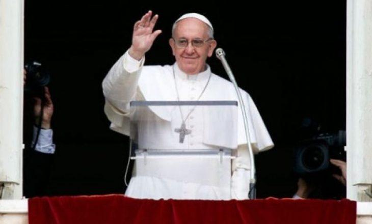 Papa u bën thirrje politikanëve t'i lënë anash dallimet në kohën e pandemisë