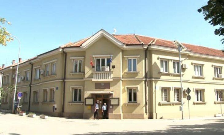 """Qyetetarët e Podujevës """"mbjellin"""" pemë në pusetën pa kapak"""