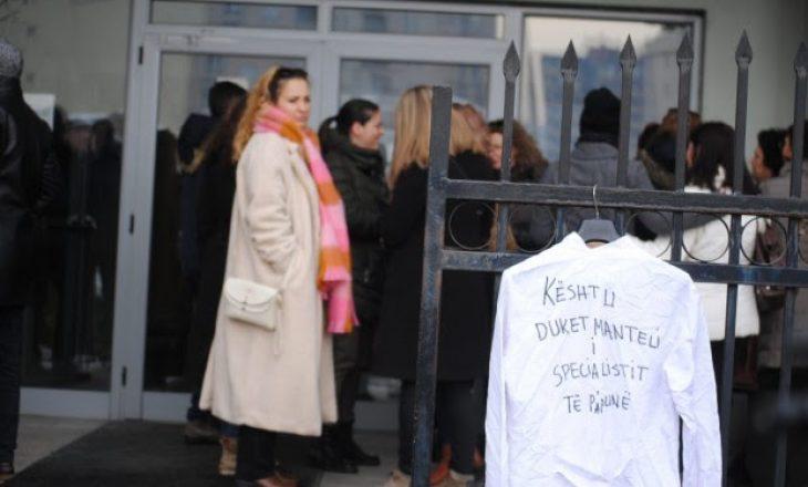Specialistët stomatologë të papunë sot protestojnë para Qeverisë