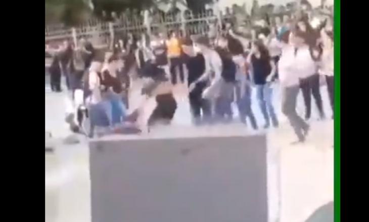 Dy vajza rrihen përpara shkollës së mesme në Prishtinë [video]