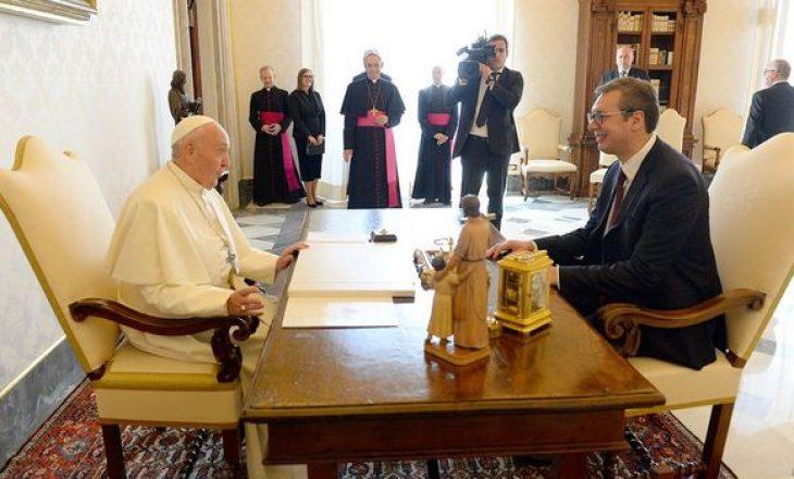 Vuçiq në Vatikan – i dhuron Papës libër për kishën që ndodhet në Kosovë